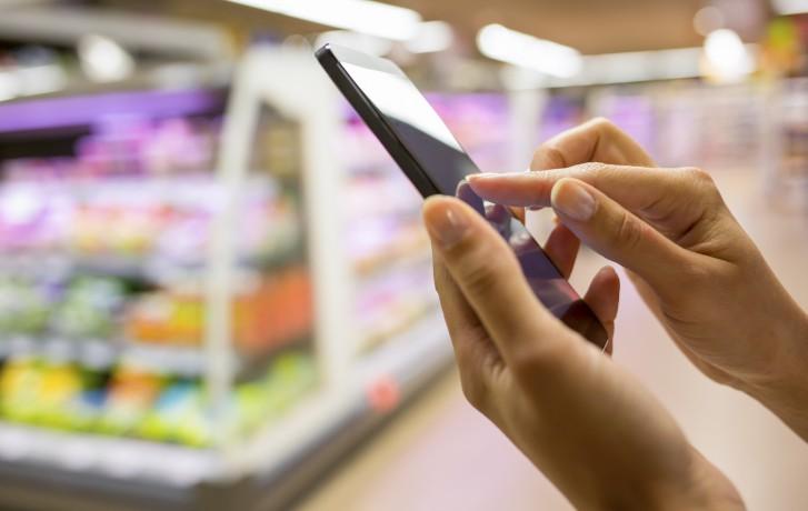 Le smartphone dans les rayons d'un supermarché