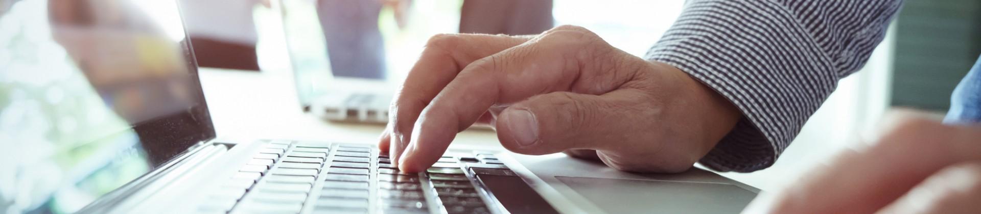 Mains et ordinateur - République numérique et enseignes